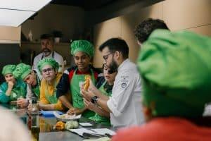 Lee más sobre el artículo Ocho alumnos de Atades y ocho cocineros revolucionarán de nuevo el mercado central en busca de las mejores materias primas