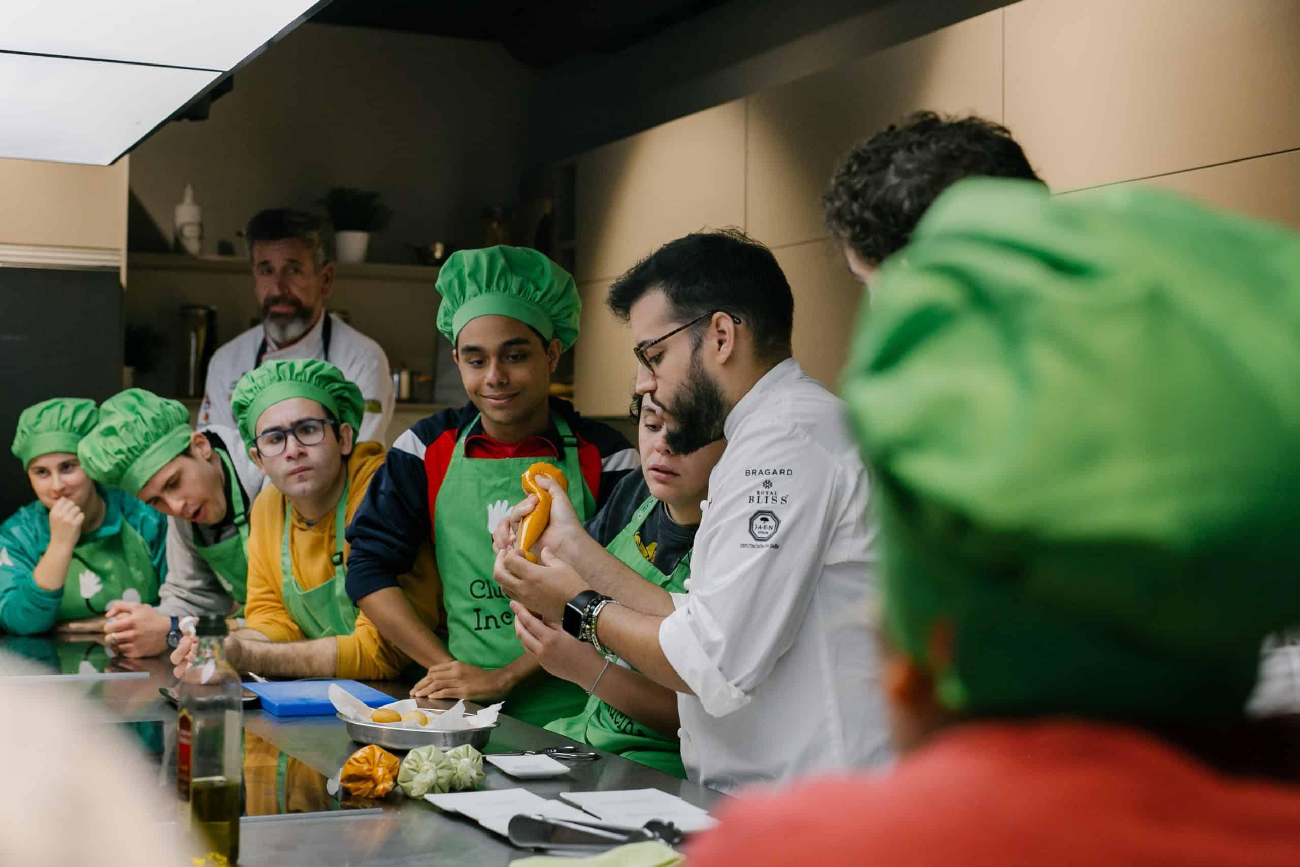 En este momento estás viendo Ocho alumnos de Atades y ocho cocineros revolucionarán de nuevo el mercado central en busca de las mejores materias primas